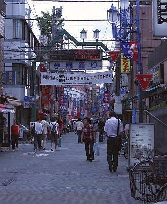 学園通り。この通りの左手に文具トラヤがある