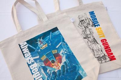 エコバックは30周年記念イラスト(左)とガンダム立像グラフィック(右)の2種類