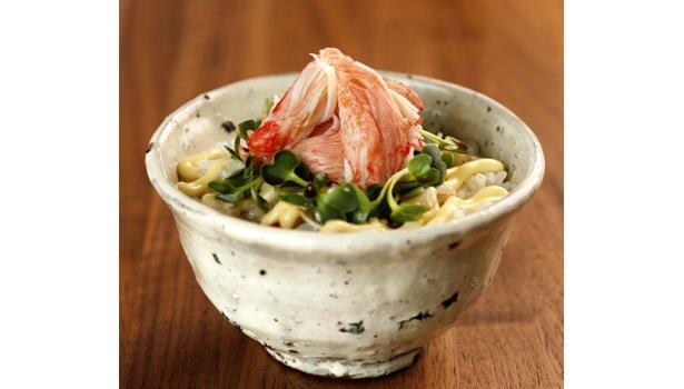 かにかまを寿司酢を混ぜたあったかごはんにのせるだけという「北海道かにもどきまんま」