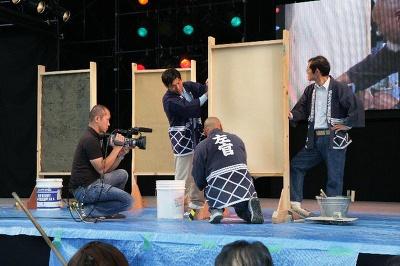 塗り壁の実演は9/28(日)にオアシス21のステージにで開催。平らに塗るだけでも大変だがさらに壁に模様を描くなど、スゴ技を披露