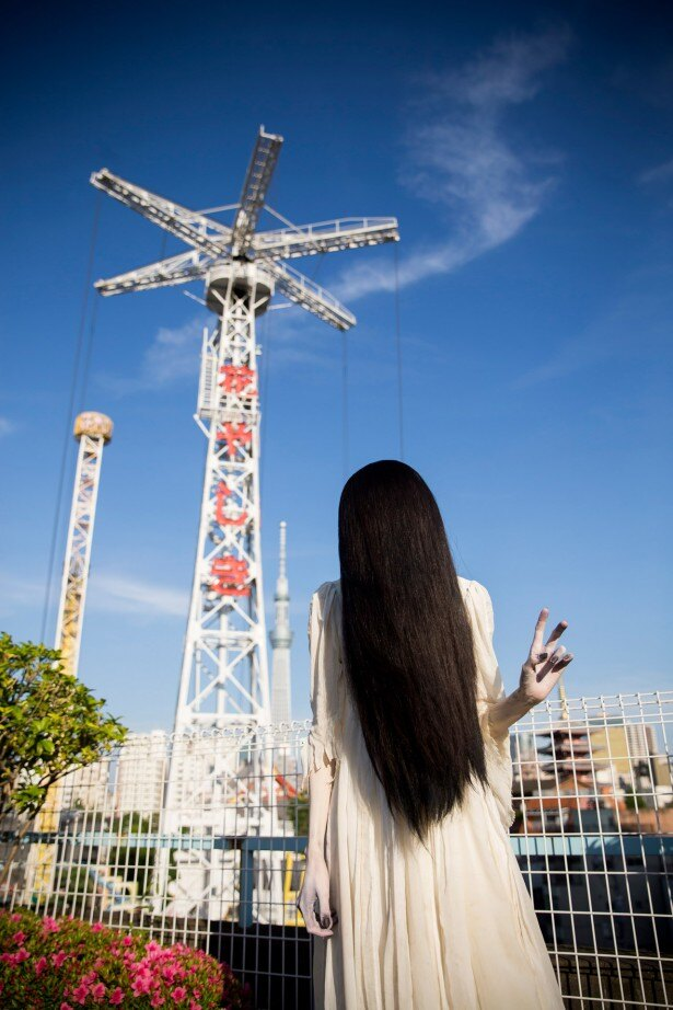 初の恋愛グラビアに挑戦した貞子。浅草花やしきで記念撮影のピース