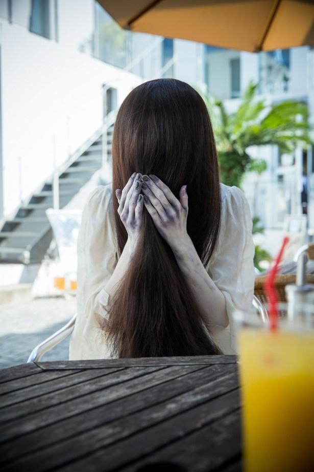 【写真を見る】こんな乙女な貞子見たことがない!手をにぎられ照れる貞子