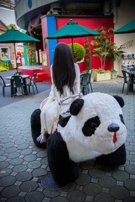 パンダの乗り物に乗ってテンションが上がる貞子