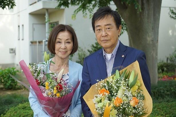 11年目の「9係」クランクアップを迎え、花束を受け取る野際陽子と渡瀬恒彦