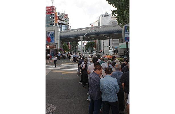 日比谷駅に届きそうなほどの列