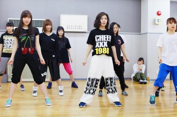 ダンスをする松岡茉優