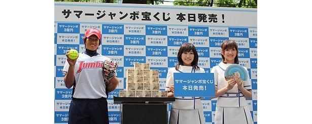 """""""一等入魂""""と描かれた球を手にする上野さん。3億円を積み上げるとこんなになる!"""