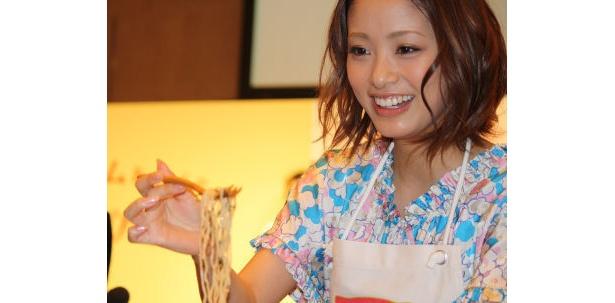 上戸彩さんが報道陣に「あ〜ん♪」している画像
