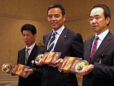 「驚きの商品開発プロジェクト」には自信があるという、代表取締役社長 CEO 新浪剛史氏(中央)