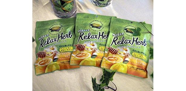 9/14(月)発売の「ホールズ リラックスハーブ」。レモンとはちみつによる、自然のやさしい香りと甘さに加え、カモミールとユーカリオイルの香りが漂う