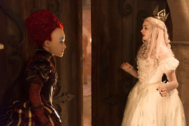 【写真を見る】アン・ハサウェイ演じる心優しい白の女王は赤の女王の妹