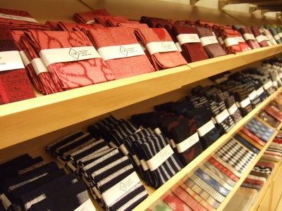 久留米絣の製品が並ぶ「gi(ギー)」。ハンカチやバッグを販売する
