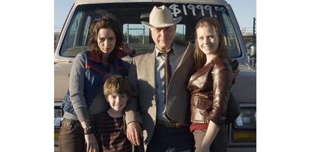 父親のジョーも交え、家族4人で記念写真