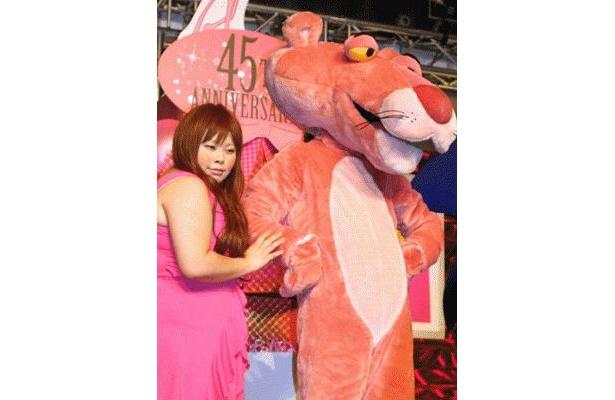 「ピンクパンサーフェスティバル ピンクパンサー45周年×東京ジョイポリス」のオープニングパーティーに駆けつけた渡辺直美さんとピンクパンサー