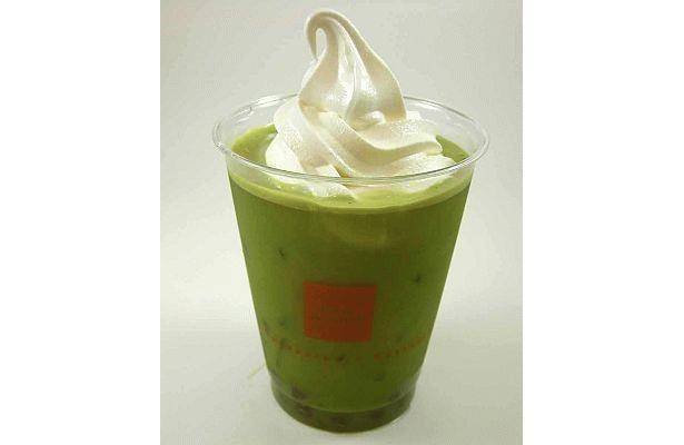 「タピオカ 抹茶フロート」はアイス抹茶ラテに黒タピオカとソフトクリームをトッピング