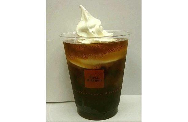 「タピオカ コーヒーフロート」はキレと深みのあるアイスコーヒーに、黒タピオカの楽しい食感をプラス