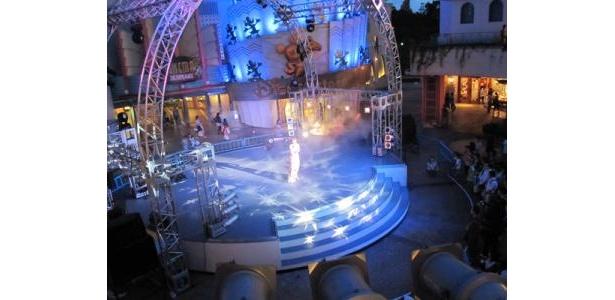 ミストと光で幻想的な雰囲気を醸し出したステージ