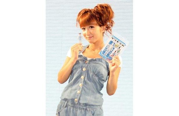 7/16開幕した「東京おもちゃショー2009」にて、「バンダイ」の新商品「ペラモデル」を紹介する辻希美さん