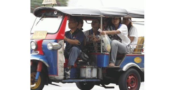一度は乗ってみたい「トゥクトゥク」。料金は交渉制なのでタクシーの初乗り料金2km未満35Bを目安にしよう