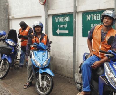 オレンジ色のベストを着た「バイクタクシー」。料金は交渉制で短距離は10B程度