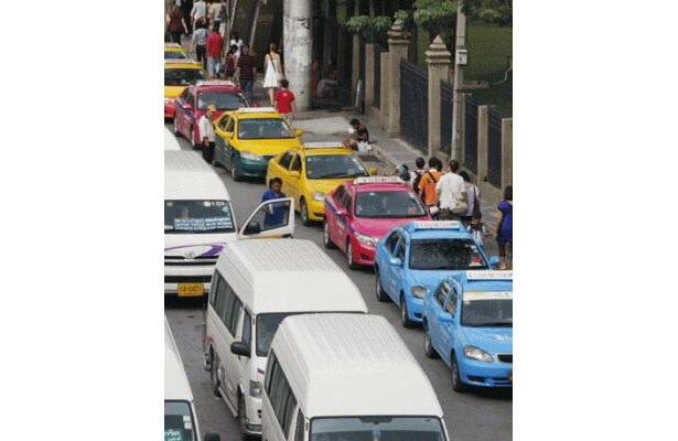 「TAXI-METER」と書かれたタクシーは日本と同じくメーター制。初乗り2kmまでが35B、2〜12kmは2B/km追加される