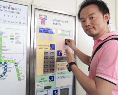 BTSに乗る際は、路線図でいきたい駅までの料金とエリア番号(1〜7)を確認。券売機のエリア番号ボタンを押してお金を投入