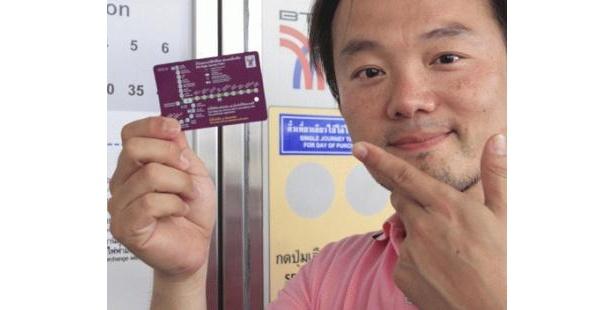 BTSの券売機で使えるのは硬貨のみ。小銭がないときは窓口で両替を。カード型のチケットで改札の通り方は日本と同じ