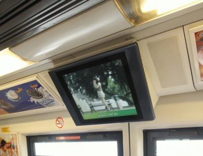 車内は日本の鉄道にそっくり。社内にはモニターも設置されている