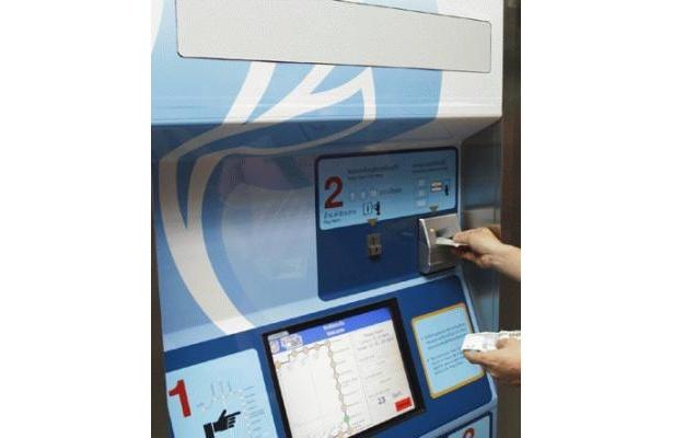 地下鉄の券売機で利用できるのは、硬貨と20、50、100Bの紙幣。おつりは硬貨のみ