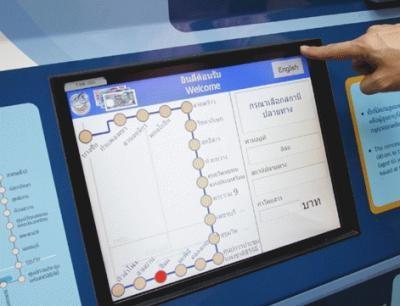 券売機はタッチパネル式。右上「English」ボタンでタイ語から英語に切り替えが可能