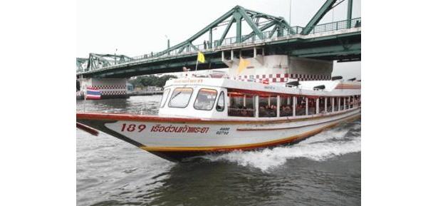 チャオプラヤー川を航行。僧侶優先席なども設けてあるそうだ