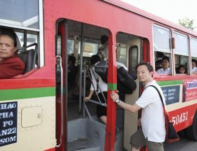 7〜8.5Bで乗れるエアコンなしのバスと、11〜25Bのエアコンありのバスがあリ、車体や色で区別する