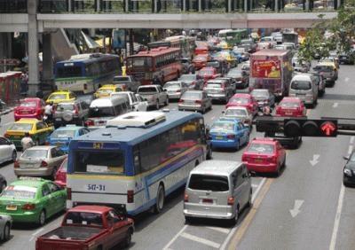 タクシーやバスなど、カラフルなボディの車が溢れる大通りの景観もタイらしくポップ