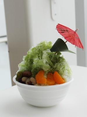 かき氷に刺さった雨傘はもしや、「となりのトトロ」…?かのこ豆とミカンを添えて仕上げた「抹茶の雨傘かき氷」(750円)