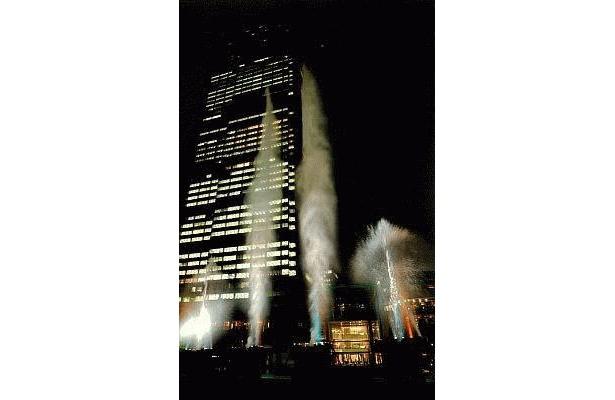 水・光・音のハーモニーが美しい巨大水花火「MIDTOWN WATER WORKS」は雨天決行(風の状況により変更・中止の場合あり)
