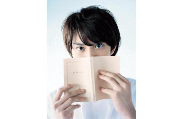 読書の合間、チラリとこちらをのぞく岡田