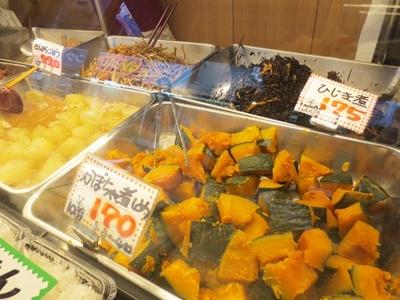 かぼちゃの煮しめ、ひじき煮、きんぴらごぼうなどはすべて手作り(「江古田市場通り商店街の大津屋」)