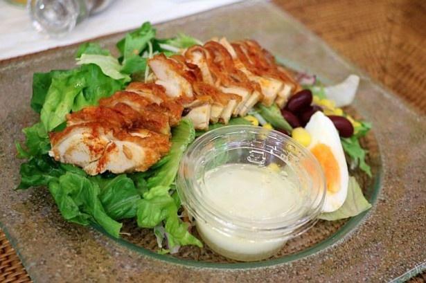 スパイシーな鶏肉に負けない味わいの濃厚なフレンチドレッシングが付く「銀座デリー監修 タンドリーチキン風サラダ」(398円)