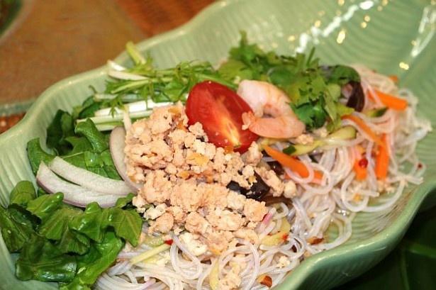 夜食にもってこいの「タイ風春雨サラダ(ピリ辛仕立て)」(320円)