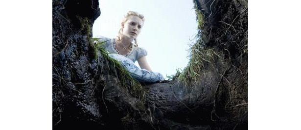 ジョニデと共演するアリス役の美女は、オーストリアの新進女優ミア・ワシコウスカ