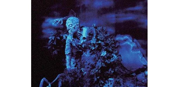 ひっそりとたたずむ洋館の「恐怖の館」。館内に足を一歩踏み入れると、真っ暗な闇の中で、迫真の演出と恐怖の仕掛けが待ちうける