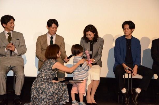 【写真を見る】イベント中は奈津子(松嶋)の息子を演じる子役・高橋幸之助くんが小さな花束を持って登場し、松嶋に花束を渡した
