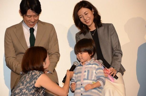 花束を手渡された松嶋は満面の笑みで「1日何回も『奈津子さん好き~』って言ってくれて…たまらないです。小さい恋人のように癒やされてます」とメロメロになっていた