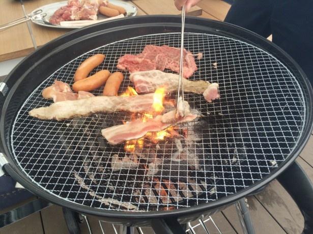 牛肉、豚肉は大きいまま焼いて直前にハサミでカットするスタイル