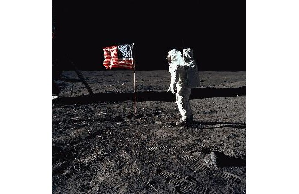 有名な月面着陸シーン。アメリカの国旗が風になびいている