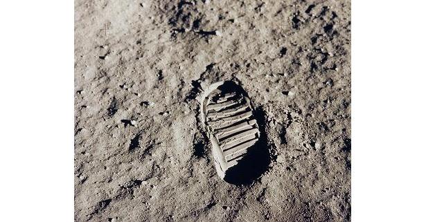 ニール・アームストロング、月面を歩いた最初の人類になる