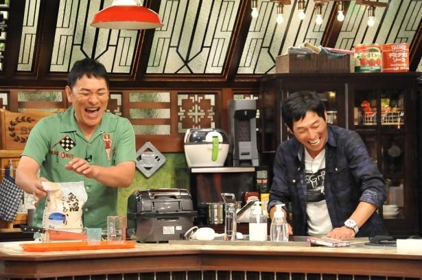 「さんまのまんま」にピエール瀧(左)が登場。明石家さんま(右)とアジアンチキンライスを作る
