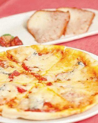 ピザハウス モッコ センター北店の、自家製アンチョビを使ったピザ・アンチョビ、トマトS(手前、1103円)とサバラン(奥630円)