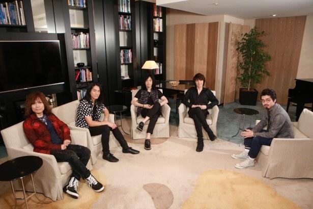 THE YELLOW MONKEYのメンバー(左から廣瀬洋一、菊地英二、菊地英昭、吉井和哉)とハマ・オカモト(OKAMOTO'S)