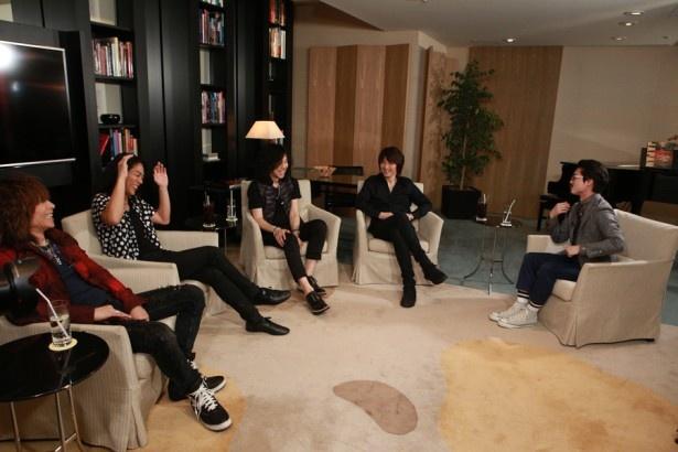 【写真を見る】対談では、新曲「ALRIGHT」が出来上がった経緯や、ツアー初日の1曲目が「プライマル。」になった理由も明かされた。